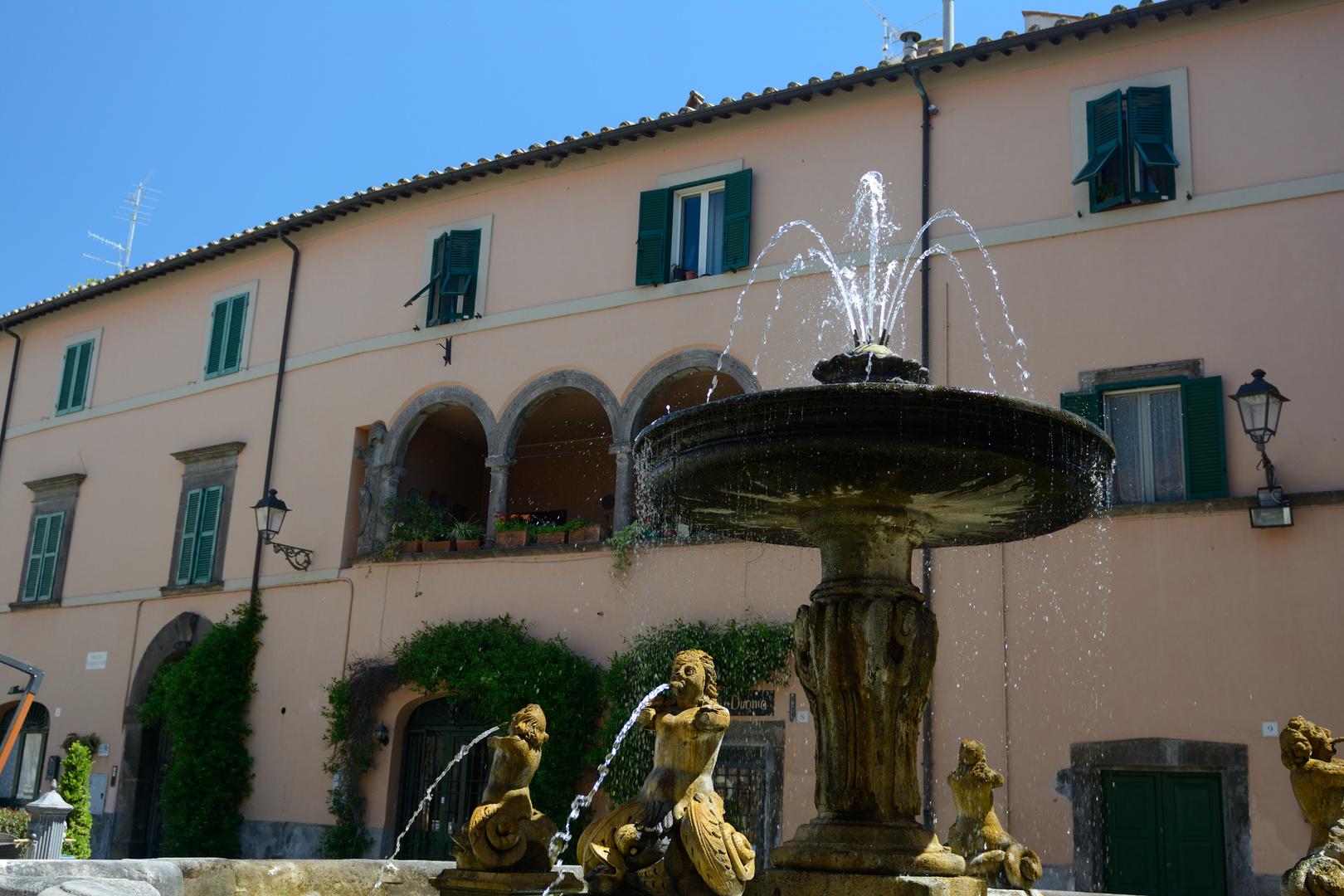 Brunnen im Schatten einer Villa Tuscania