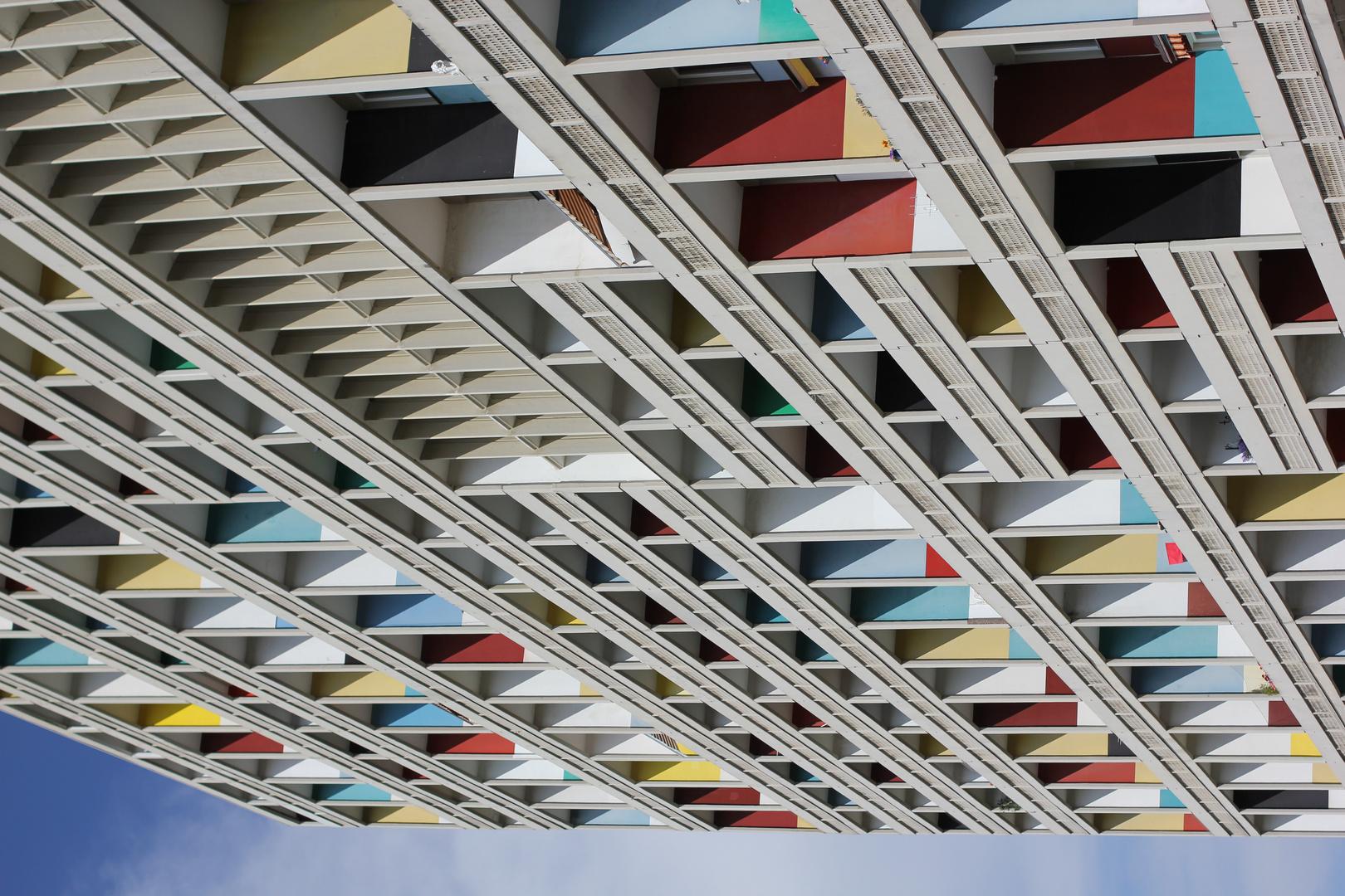 Brutalismus mit farbe licht und schatten foto bild for Architektur brutalismus