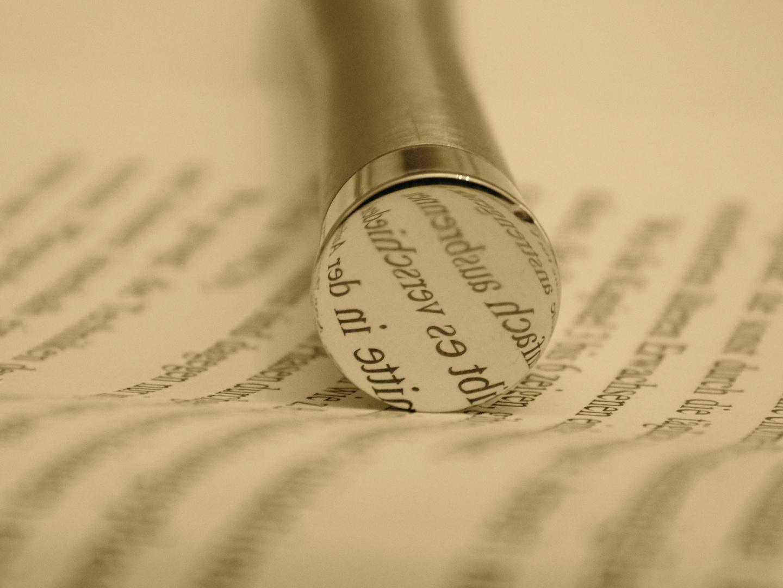 Buch und Kugelschreiber