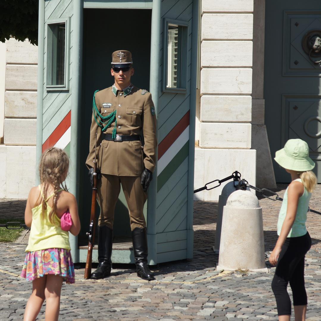 Budapest, Wache vor der historischen Kaserne auf dem Burgberg