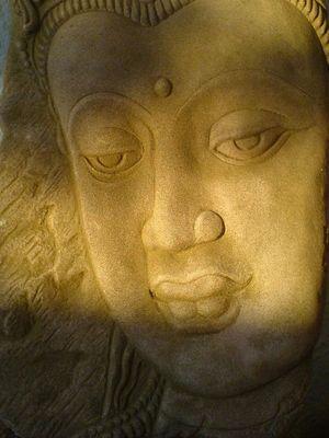 Buddah aus Sandstein im Abendlicht