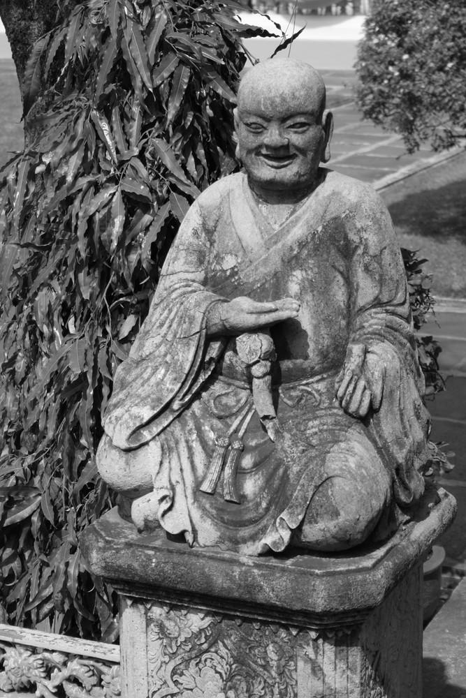 * Buddha aus Stein in schwarz weiss *