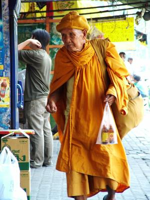 Buddha Mönch kauft Red Bull