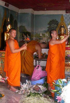 Buddhamönche bei der Arbeit
