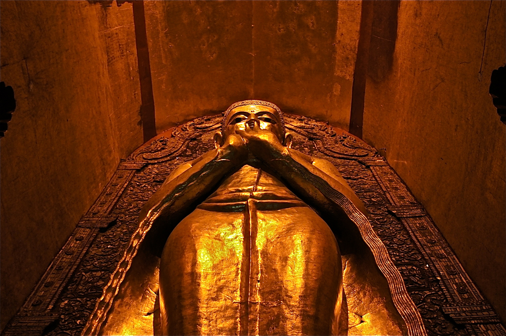 buddhastatue in bagan, burma 2011