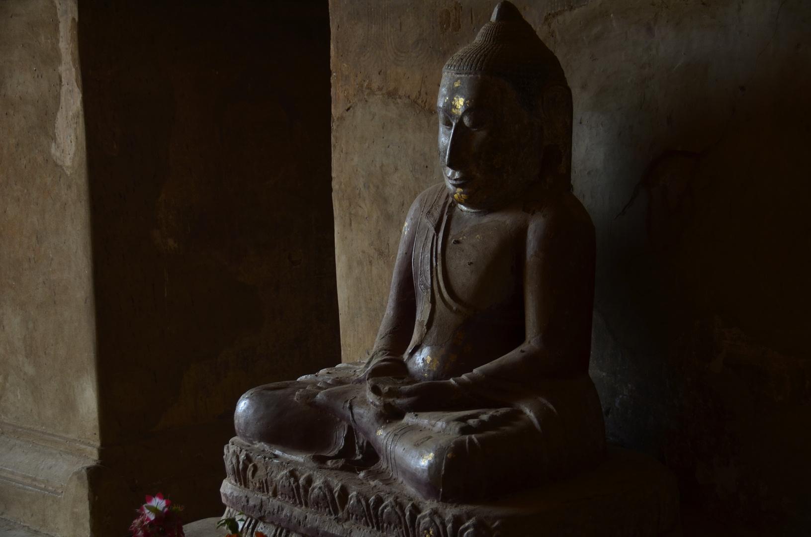 Buddhastatue in einem Tempel in Bagan, Myanmar