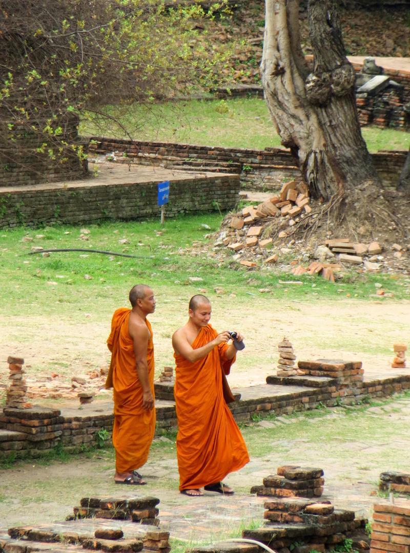 Buddhistische Mönche auf Besichtigung in Ayutthaya