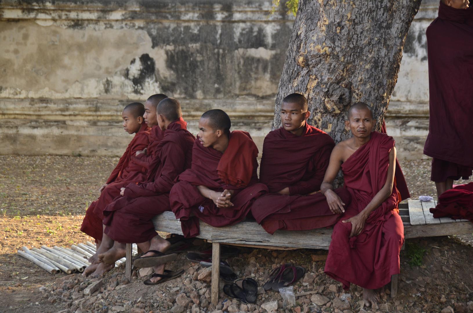 Buddhistische Mönche im Hof des Ananda-Tempels