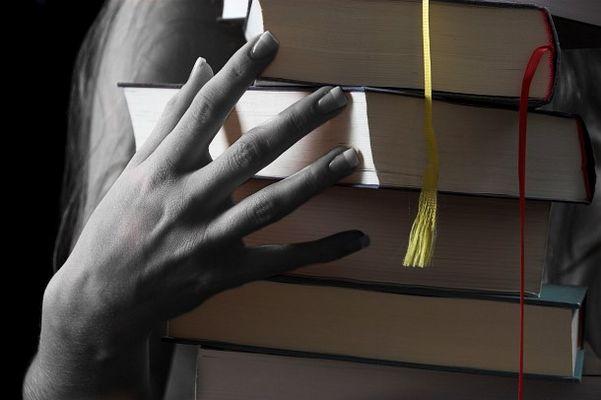 Bücher mit Hand