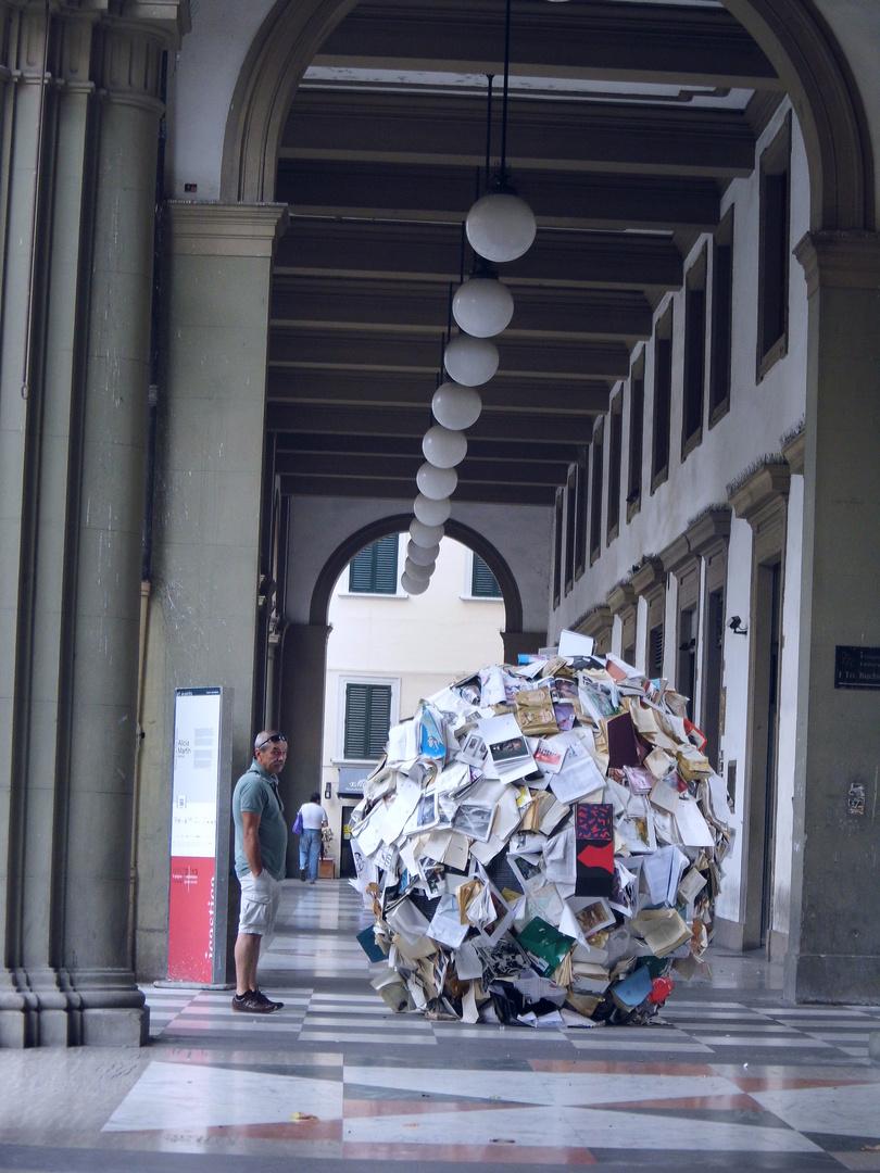 Bücherkugel in Arezzo, Toskana