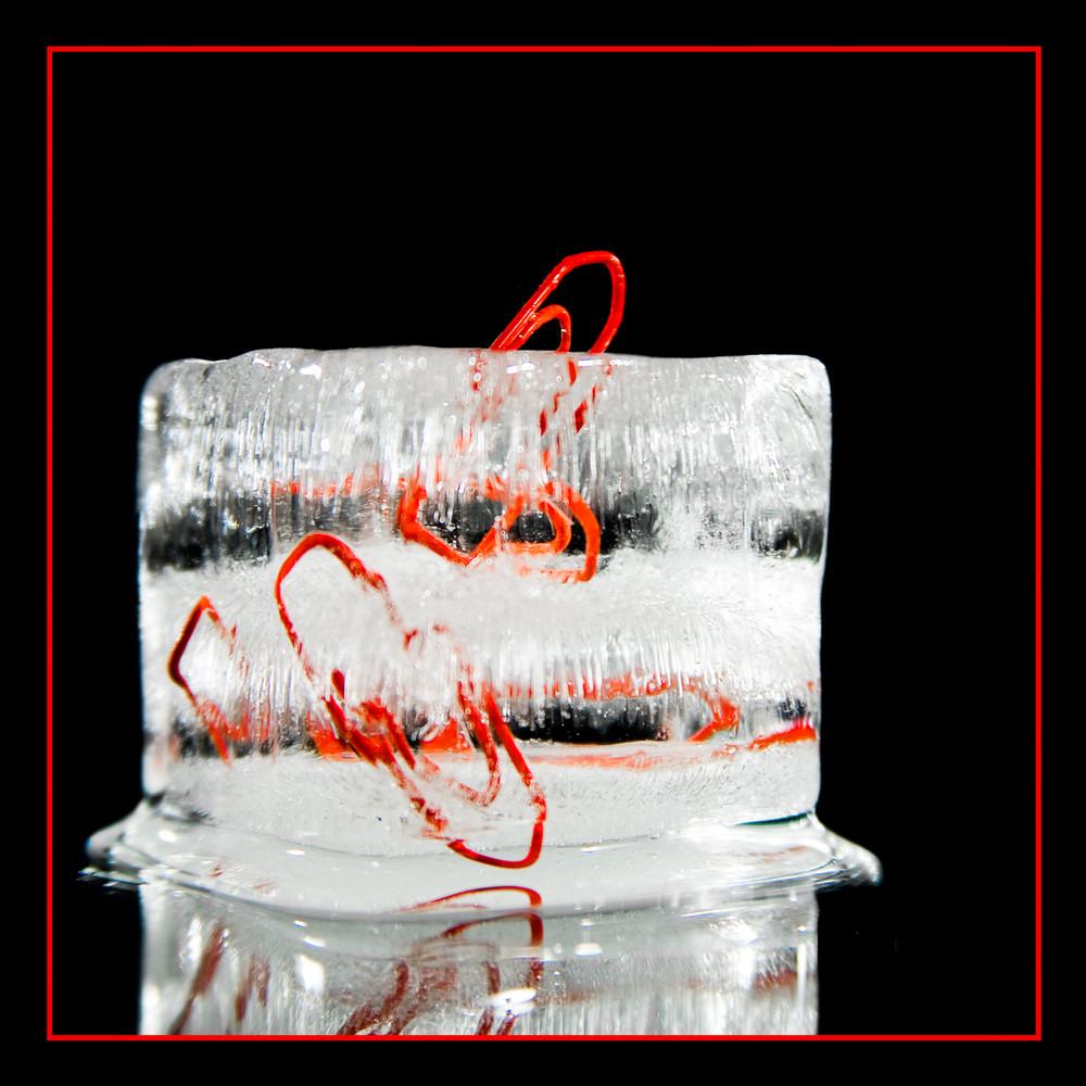 Büroklammern im Eisblock