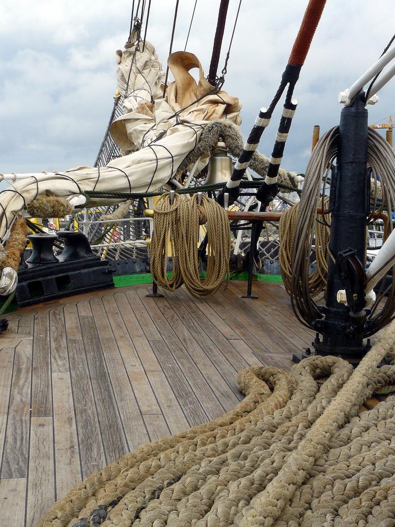 Bugdeck der Krusenstern mit Schiffsglocke