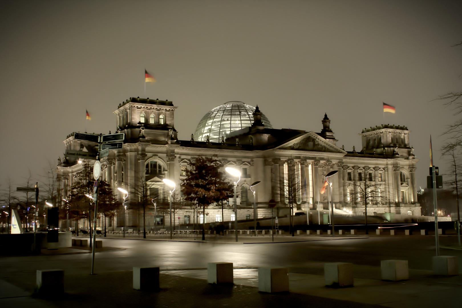 Bundestag bei Nacht
