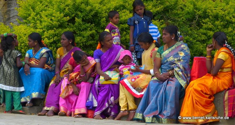 Bunte Frauen und Kinder in Haputale