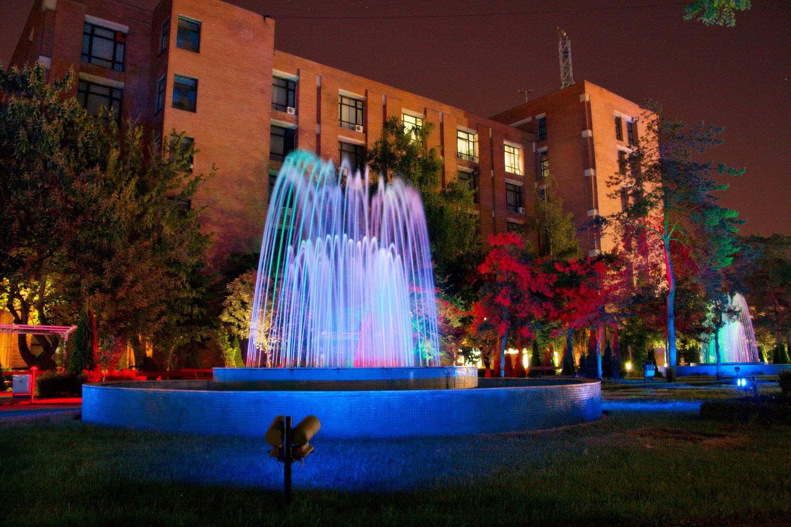 Bunte LED Reflektoren im Park neben der Uni
