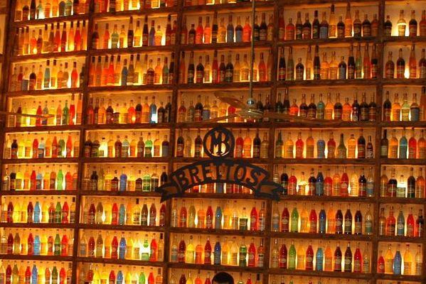 Buntes im Flaschenregal