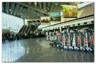 Buntes Treiben am Frankfurter Flughafen