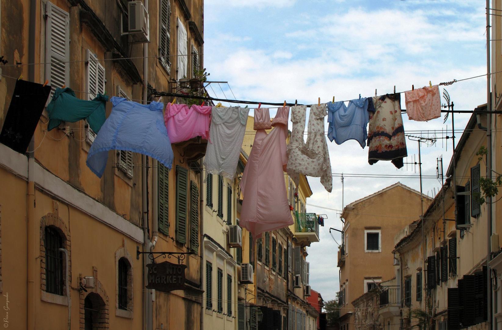 Buntwäsche mitten in der Altstadt von Korfu