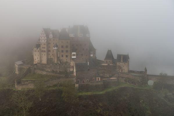 *Burg Eltz im Winternebel II*