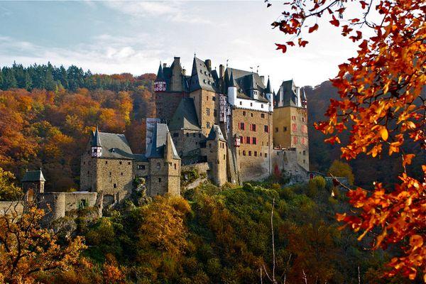 Burg Eltz trägt Herbst