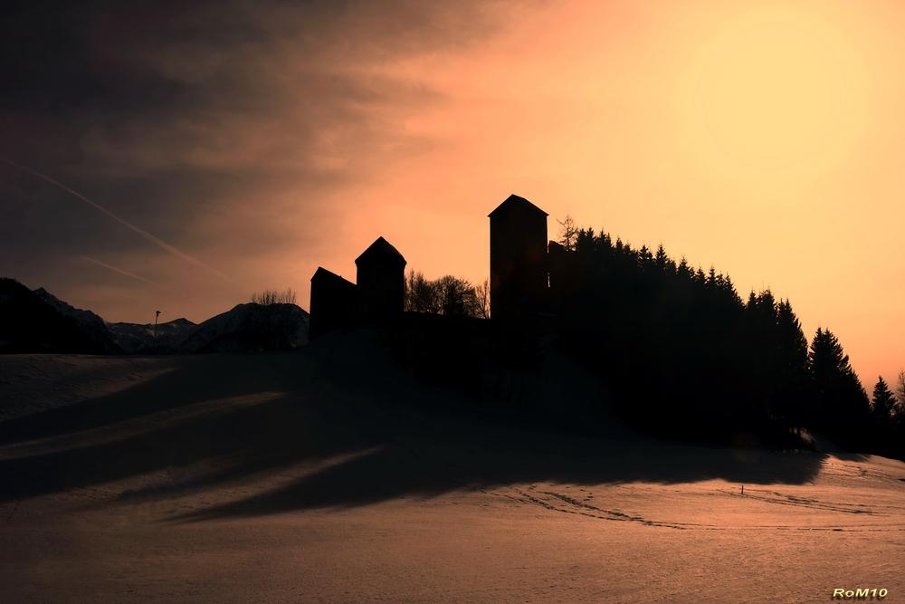 Burg Heinfels im Gegenlicht