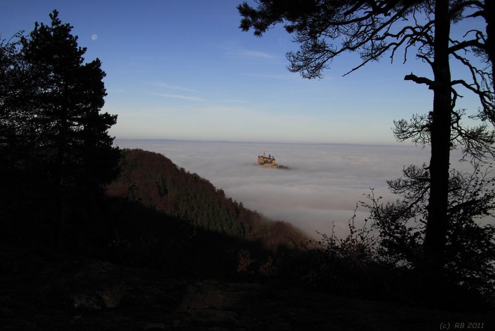 Burg Hohenzollern im Wolkenmeer vom Raichberg