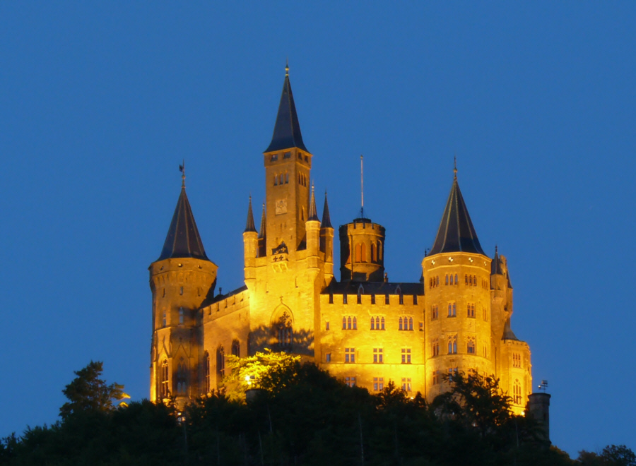 Burg Hohenzollern kurz nach Sonnenuntergang