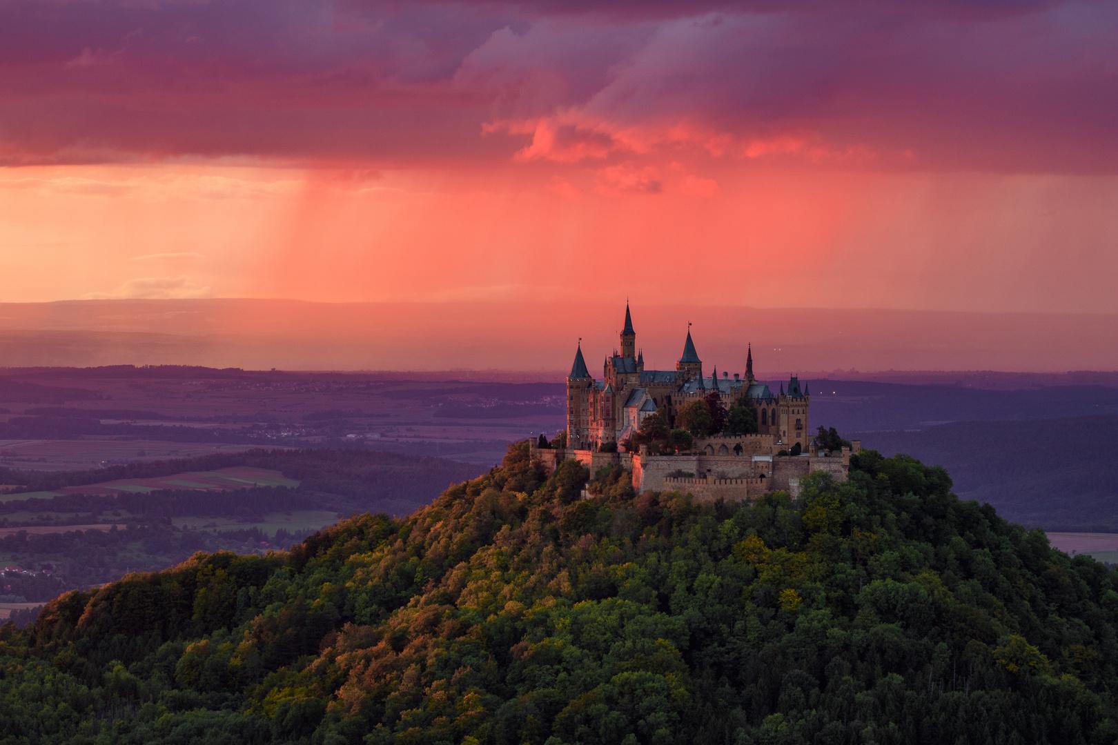 Burg Hohenzollern kurz vorm Sonnenuntergang.