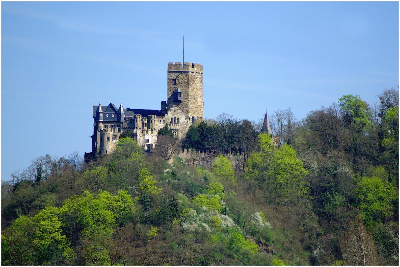 Burg Lahneck über der Lahnmündung in den Rhein