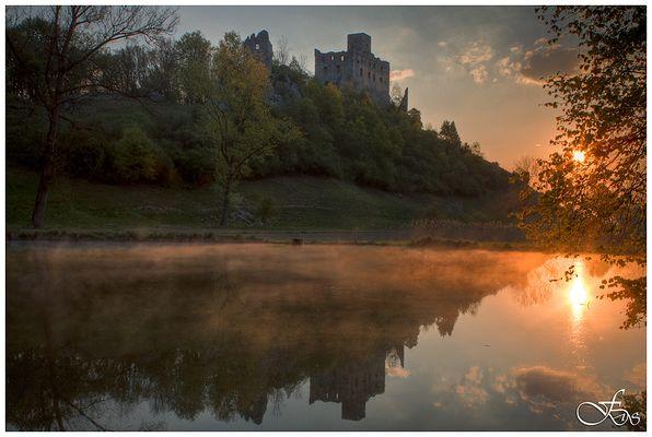Burg Niederhaus erstrahlt im Morgenrot