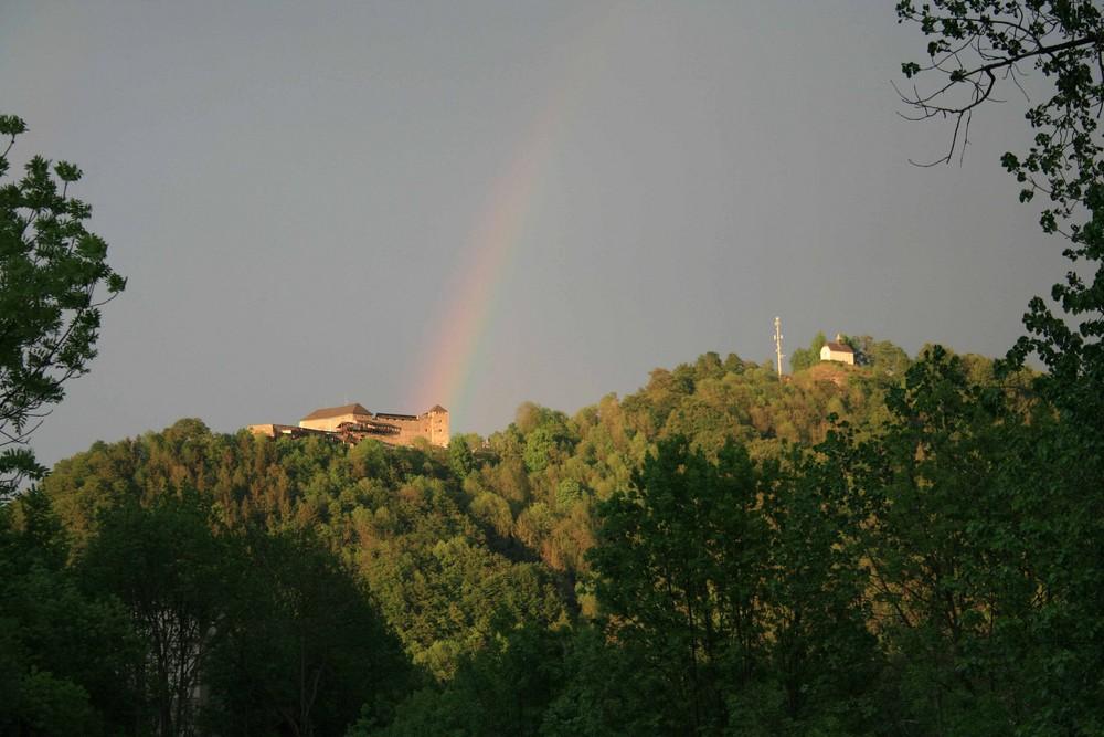 Burg Oberkapfenberg mit Regenbogen