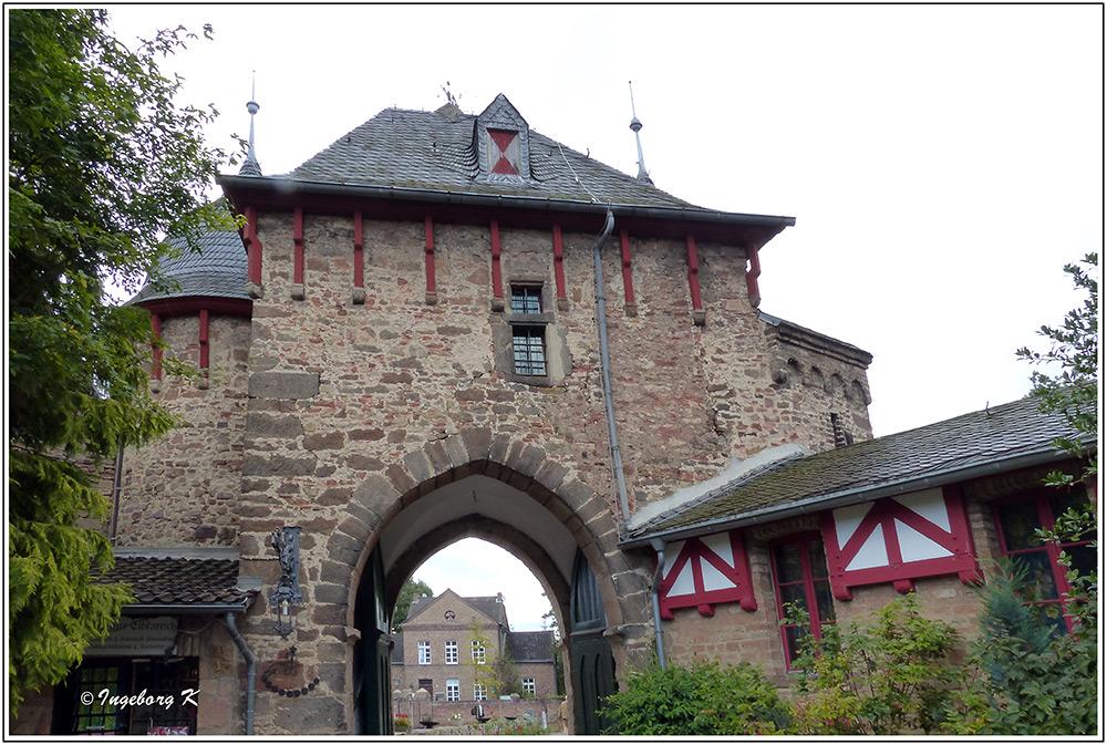 Burg Satzvey - Eingangstor zum Innenhof und Burg