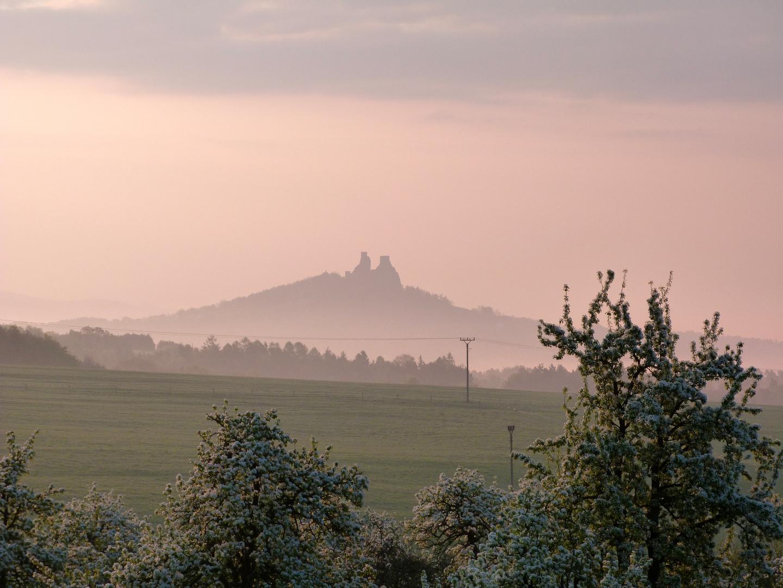 Burg Trosky im Morgendunst