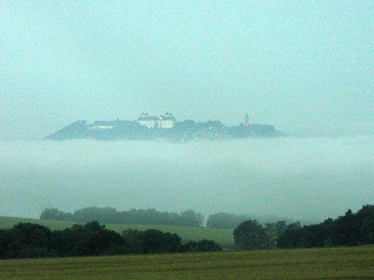 Burg über dem Nebel