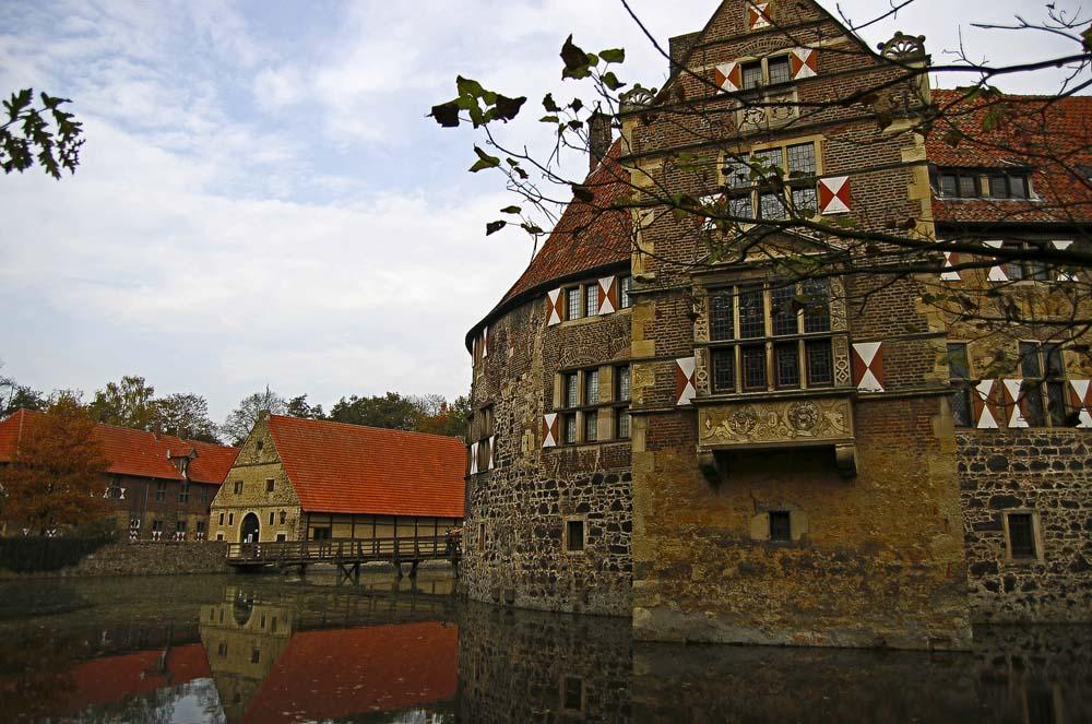Burg Vischering mit Wohn-und Wirtschaftsgebäuden