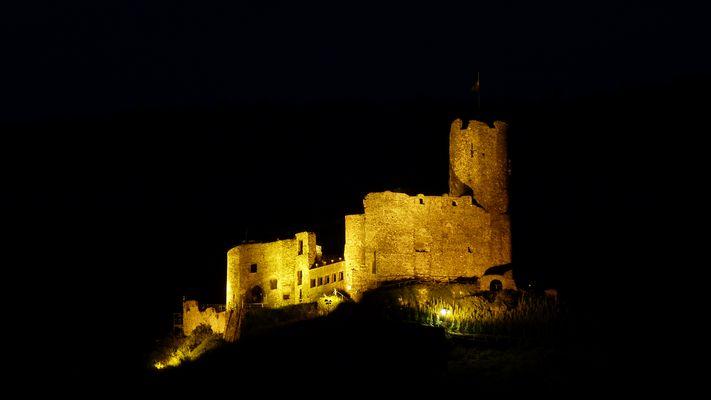 Burgruine bei Nacht