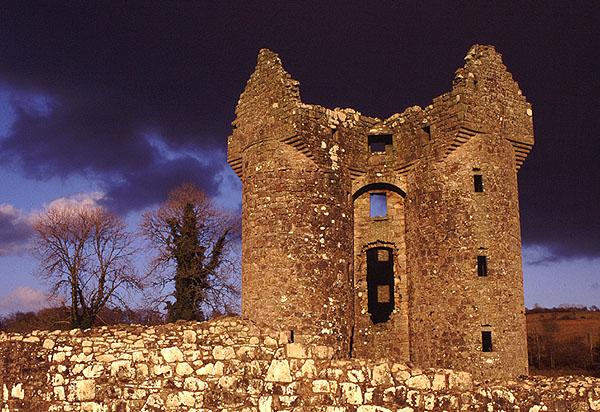 Burgruine im Gewitterlicht