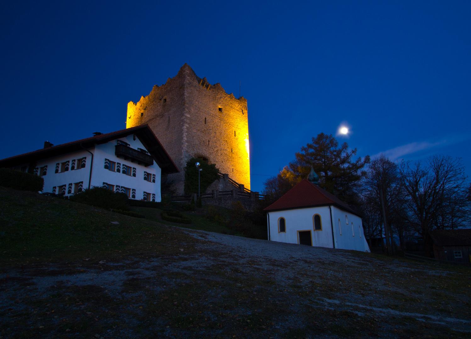 Burgruine Neunußberg (Bayerischer Wald) zur blauen Stunde