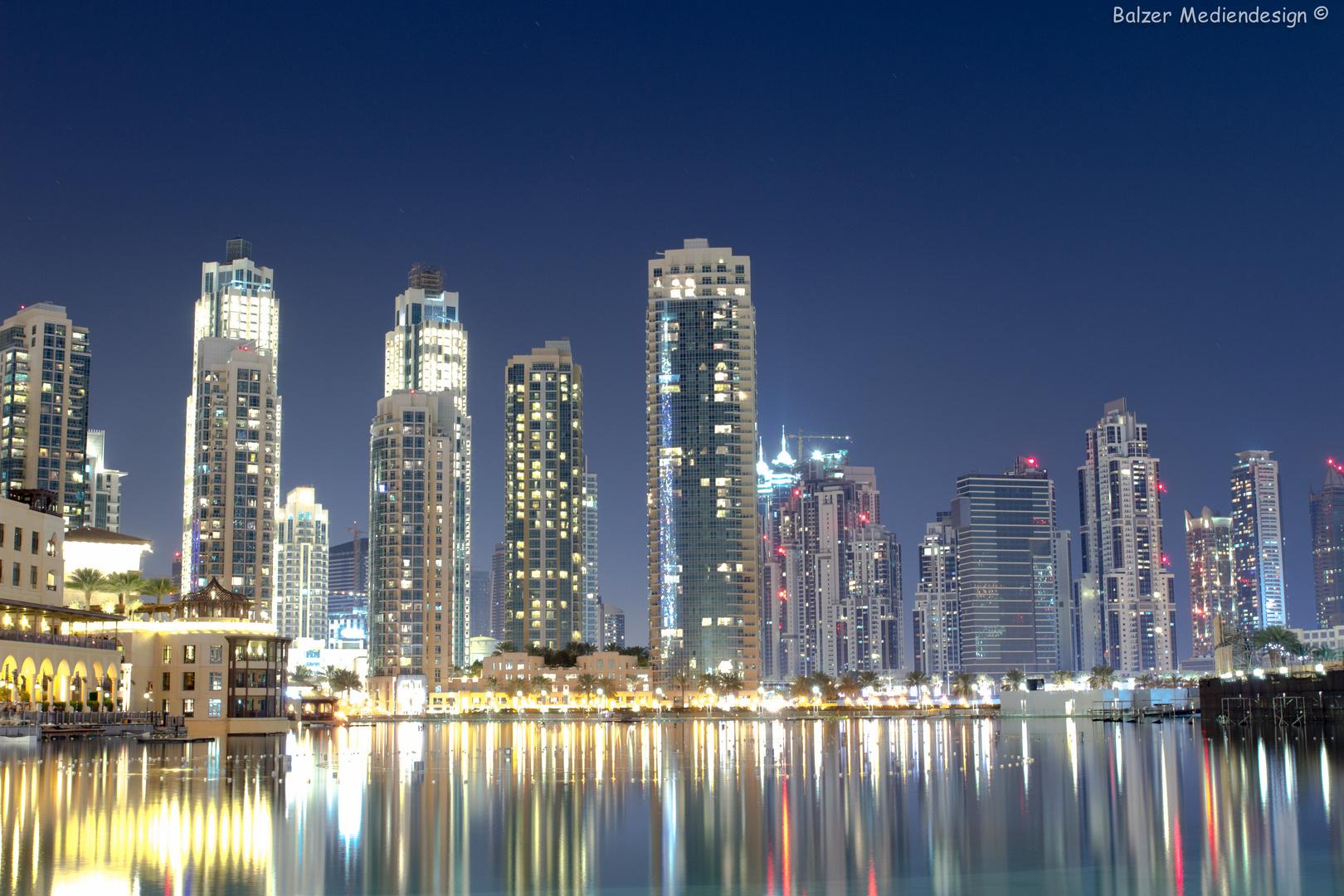 Burj Khalifa lake mit den umliegenden Gebäuden