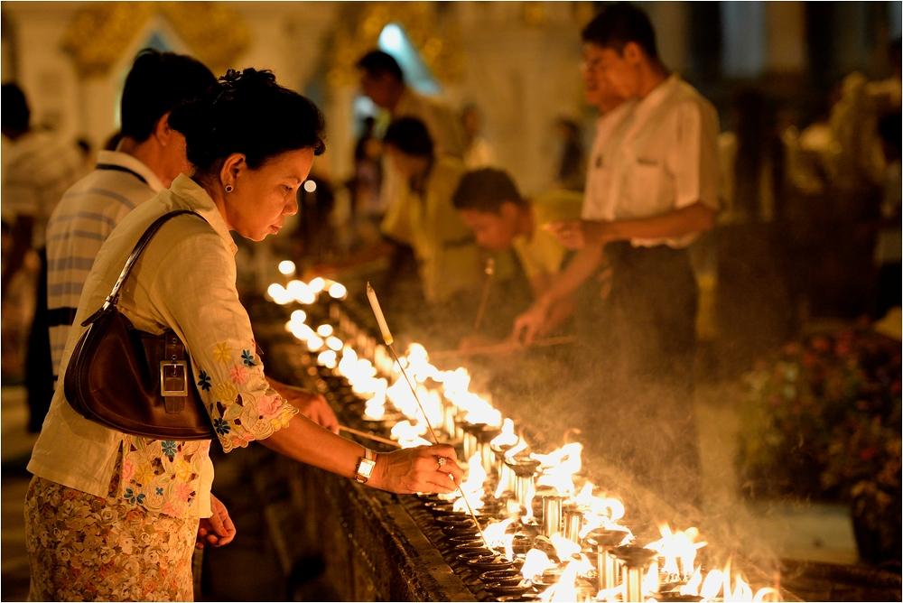 Burma, abends im Tempel