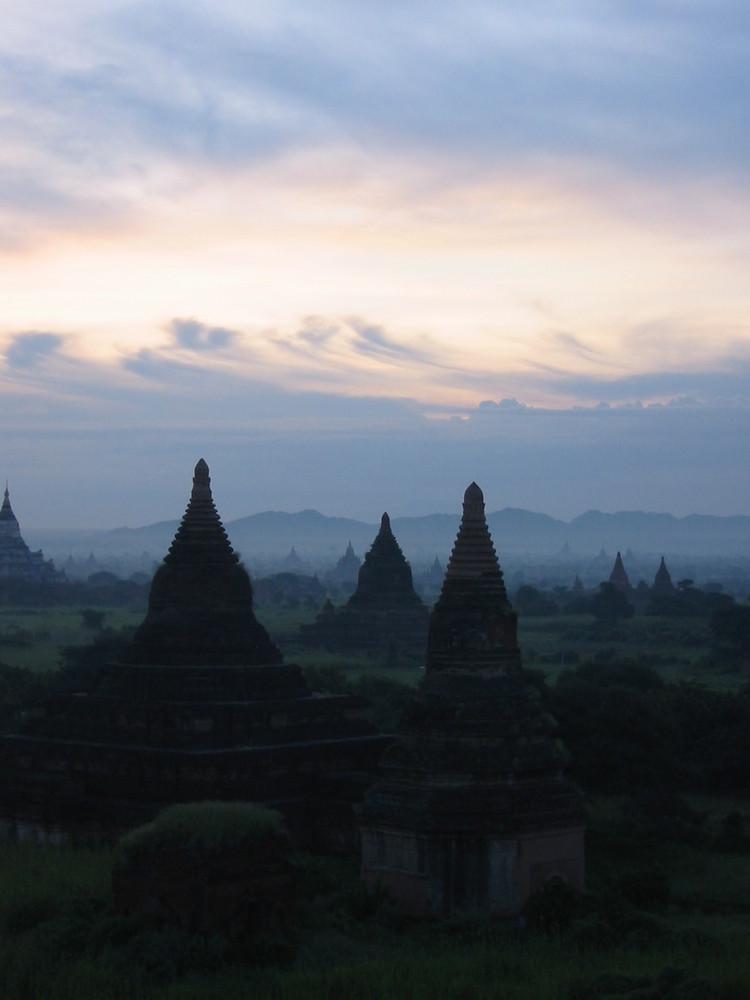 Burma - Morgendämmerung über Bagan