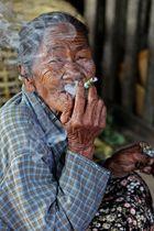 Burmesischer Zigarrengenuss, Mandalay/Myanmar 2012