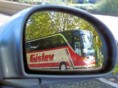 Bus im Rückspiegel