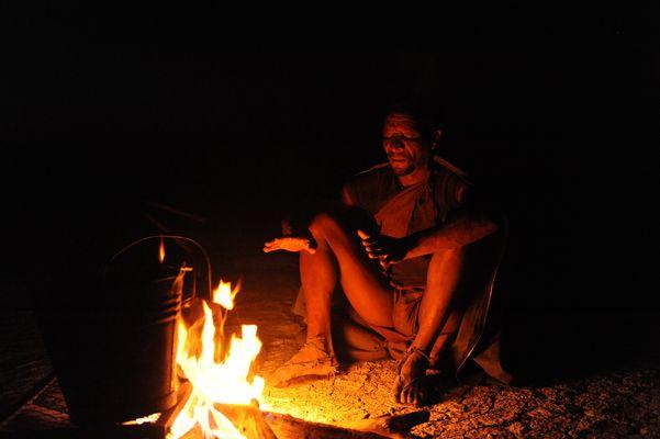 Buschmann am Lagerfeuer