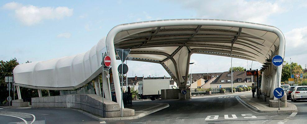 Bushaltestelle von der Brücke aus gesehen am Brückenkopf in Mainz-Kastel_DSC2085