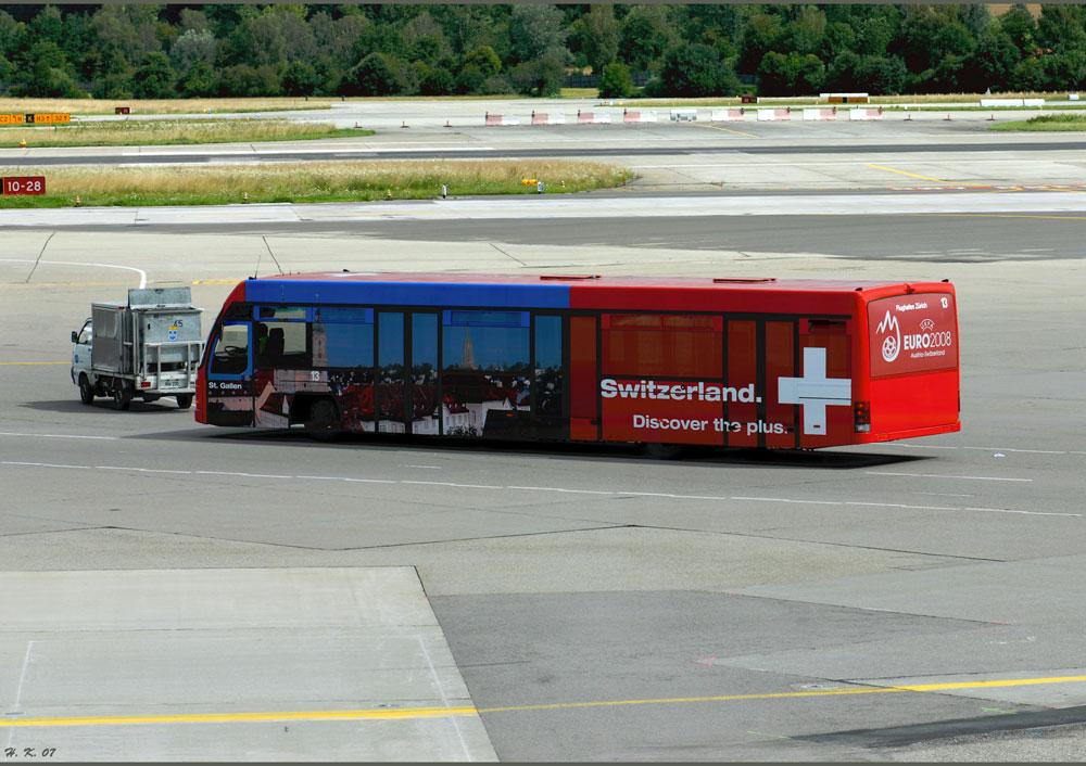 Busverkehr am Flughafen Zürich.