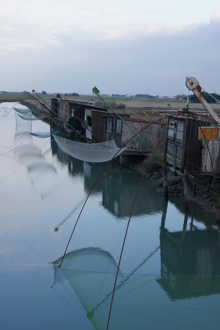 cabanes de pêche sous lumière d'orage, port des brochets