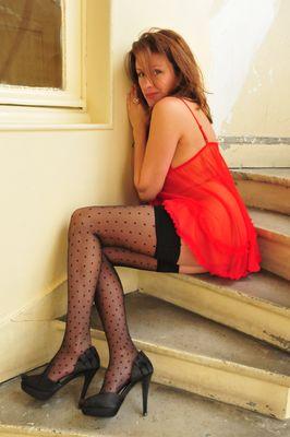 Cachee dans l'escalier