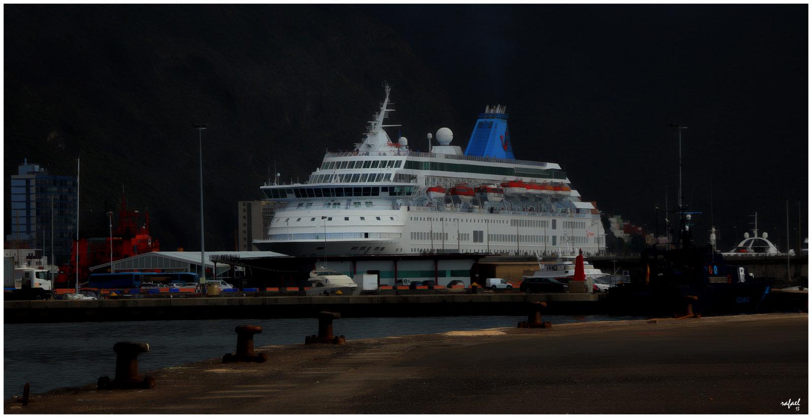 Cae la noche en el puerto