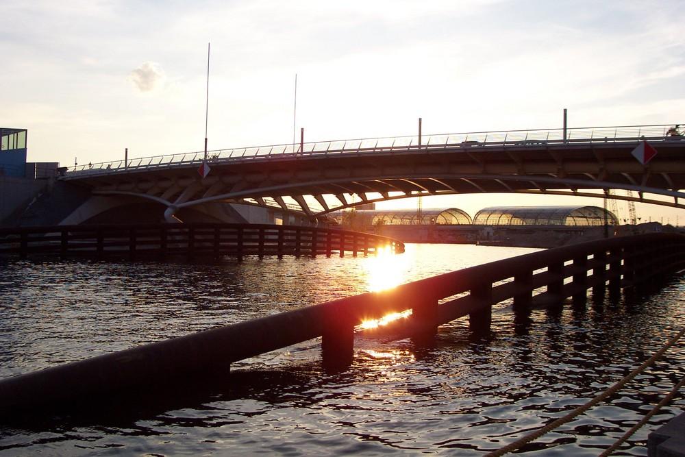 Calatrava-Brücke Berlin Hintergrund Hauptbahnhof